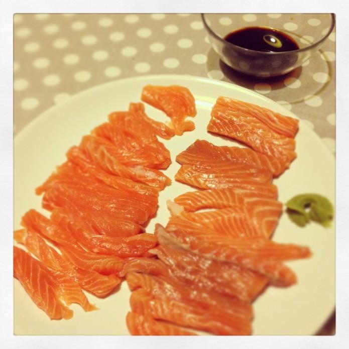 Salmón crudo fresco noruego para cenar, sashimi, con salsa de soja y wasabi