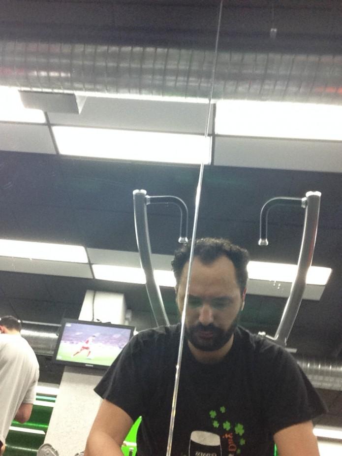 Descanso de Andrés Toledo entre series en el gimnasio Hi-Fitness